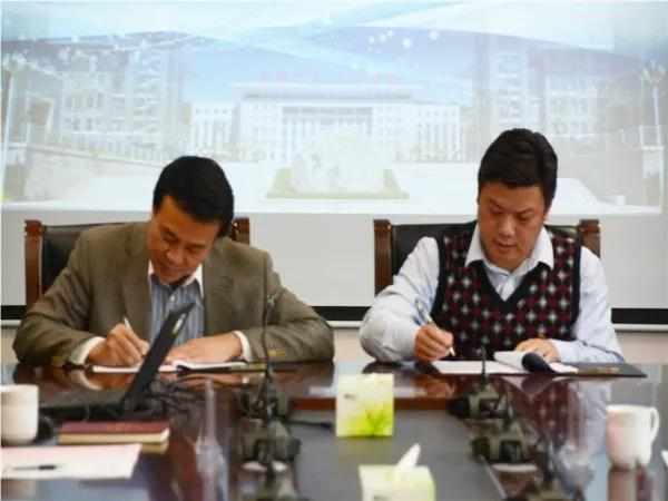 张焕军_随后,张焕军院长与熊大路经理签订了校企合作协议,并为冠名班