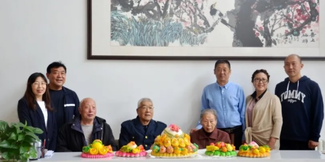 情系重阳节 温暖老人心— 陈红林校长重阳节前夕为老人们送去福寿花饽饽!